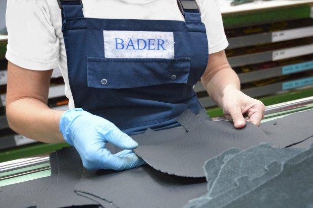 Робітник пошиву чохлів на сидіння автомобілів BADER